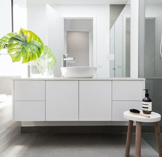 contemporary bathroom_675457876-min