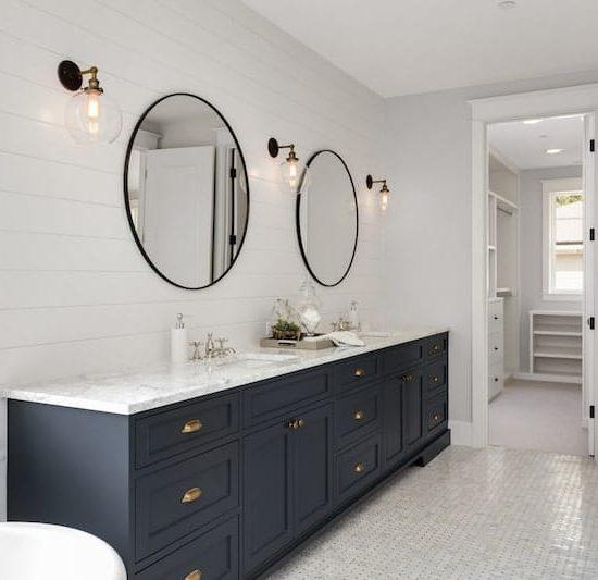 modern colonial bathroom_-1067058352-min