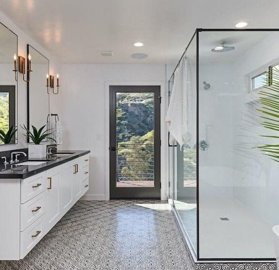 modern colonial bathroom_1036309754-min