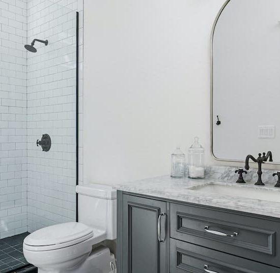 modern colonial bathroom_948043728-min
