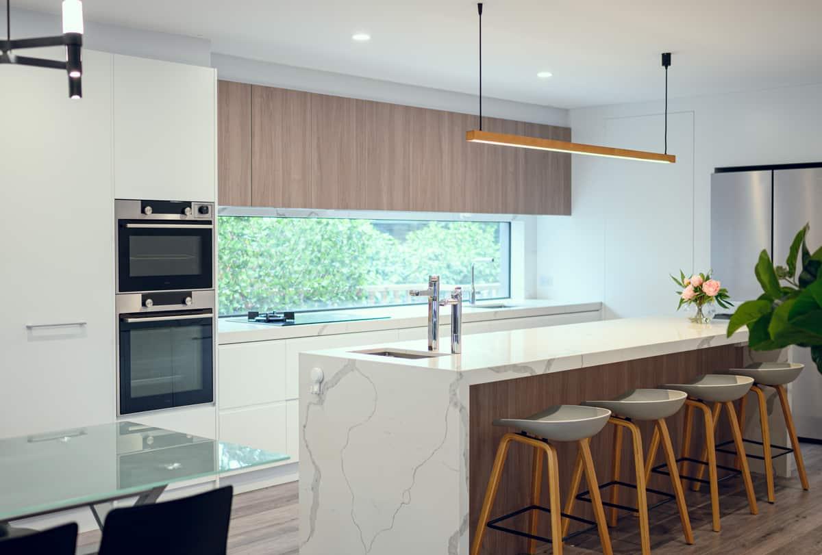 contemporary-kitchen-with-window-splashback