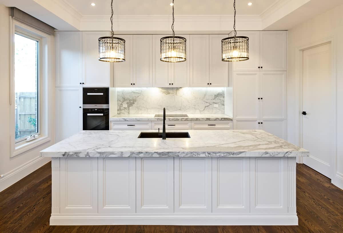 luxury-white-kitchen-with-marble-benchtop-and pendant-light