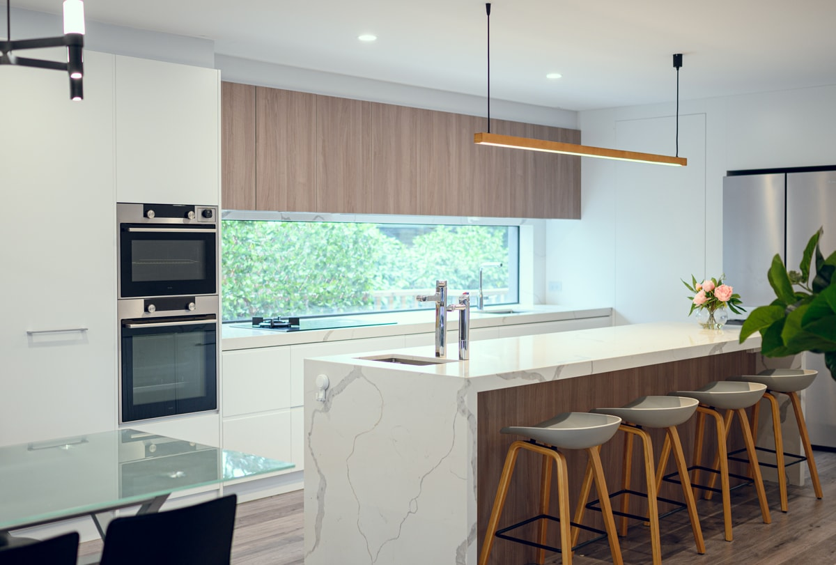 contemporary-kitchen-with-window-splashback